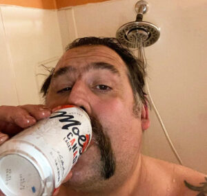 мужик с пивом в душе